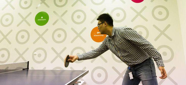 Un empleado de la firma australiana Xero, que diseña programas de contabilidad online, juega al pimpón.