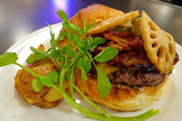 そしてマンスリーの #バーベキュービーフブリスケットバーガー 低温のオーブンでじっくり焼かれたビーフブリスケットの濃厚な旨味に素揚げしたレンコンの食感と風味をプラススライスしたピクルスの酸味が濃厚になりがちな味のいいアクセントになってるめっちゃ好きなだけどアメリアに結構食べられた #food #foodporn #meallog #burger #burger_jp #ハンバーガー # #tw
