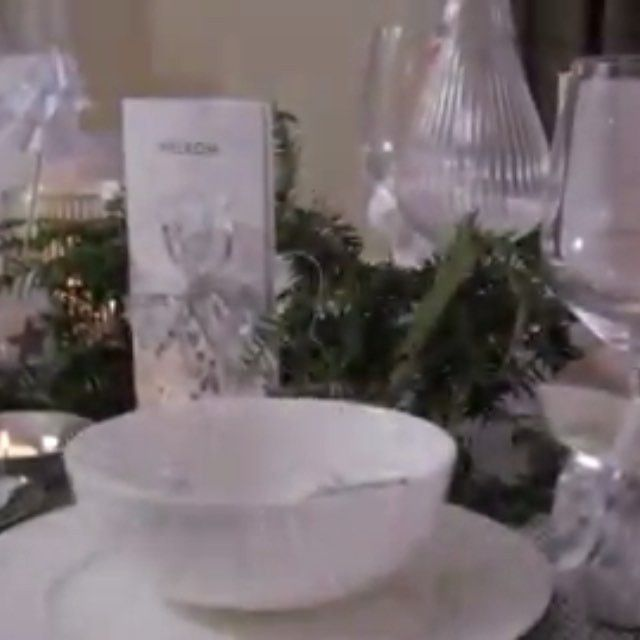 Een traditionele kerst met een toefje glam! → http://westwing.me/silverlinings #details #glam #glamour #silver #christmas #traditional #xmas #kerst #style #zilver #white #trend #details