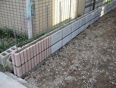 会社からの帰りに寄ってみたら2段目までブロックが積まれていました。横にも鉄筋が通してある(先週自分で買ってきたブロックは普通の縦に穴が開いたやつと、さらに横に溝があるやつの2種類、更に入り口側2列を化粧ブロックにしています)ので地震でも大丈