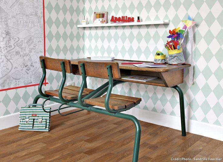 Bureau pupitre comme à l'école pour une chambre d'enfant - #bureau #maison #deco #enfant #fille #garcon #petit #chambre #amenagement #rangement #planche #ecolier #bois #espace #amenager #etagere