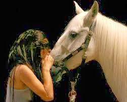 Síndrome do mundo moderno.Subir em um palco com um cavalo branco não é teatro, é espetáculo barato. Judiar de um animal em um teatro anula todo o trabalho dos atores, quem precisa de um animal sofrendo é porque não tem nada a dizer....Ator não precisa disso, ator precisa de verbo, quem judia de animal não deveria passar nem na porta de um teatro, quanto menos dizer que é ''atriz''.