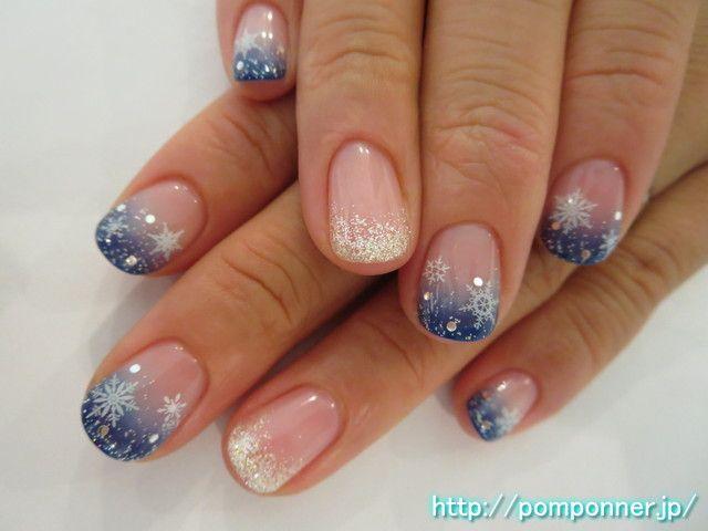 ブルーのグラデーションネイルに雪の結晶 It is a nail reminiscent of winter. Sprinkle silver glitter gradient nail of blue, and I decorated the crystal hologram of snow. I have to glitter gradient of silver lame ring finger.