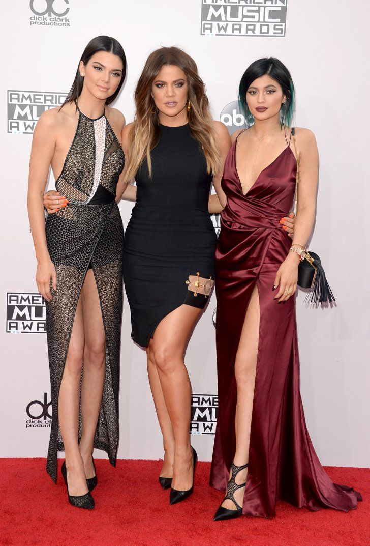 Pin for Later: Seht hier alle Stars auf dem roten Teppich bei den American Music Awards! Kendall Jenner, Khloé Kardashian und Kylie Jenner