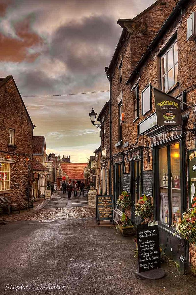 Street near de market place in Helmsley, North Yorkshire_ England