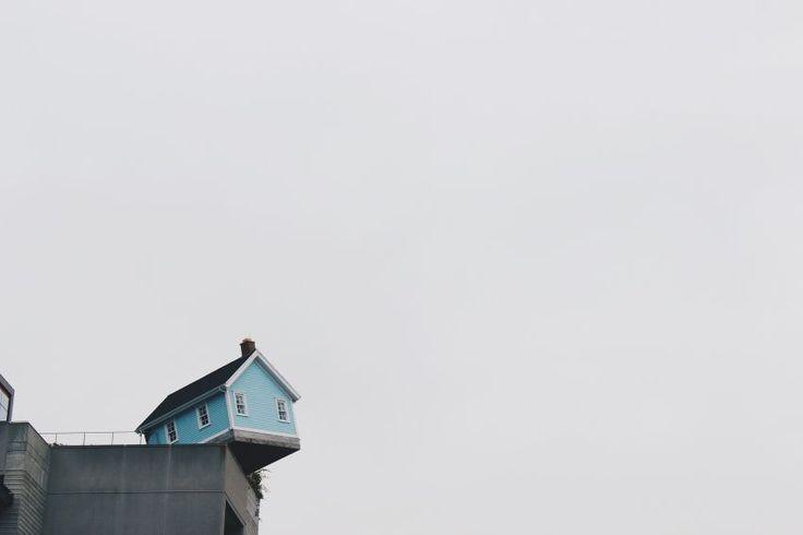 Maison perchée sur un coin de falaise.