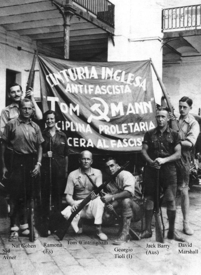 Los miembros de la Centuria Tom Mann en Barcelona, septiembre de 1936. Esta es una de las primeras fotografías tomadas de voluntarios británicos en la Guerra Civil Española. Arrodillado delante en pantalones blancos, es Tom Wintringham, que comandaba el batallón británico en su primera actuación en España, en la batalla del Jarama en febrero de 1937.