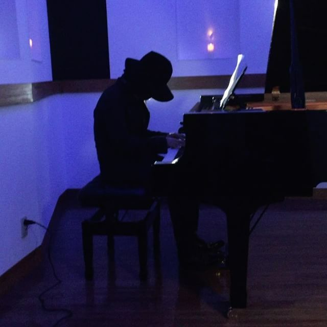 MV撮影の待ち時間に終始ピアノを奏でる渡辺シュンスケさん😍贅沢な時間でした🤣💕