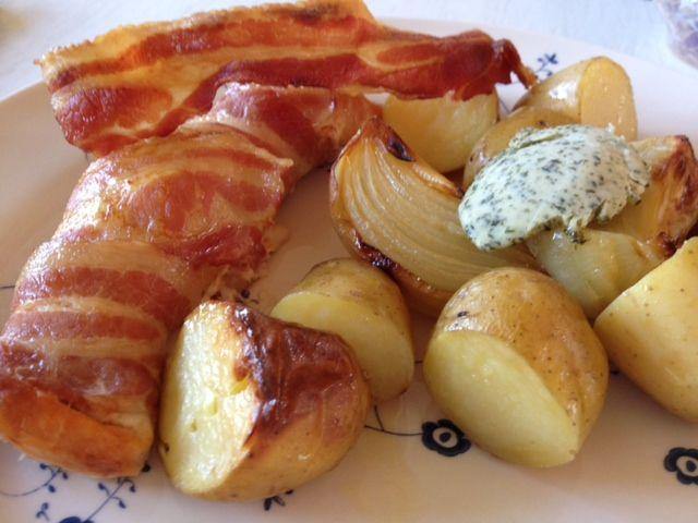 Laks i baconsvøb, tager ikke lang tid at lave, den er nem og smager godt. Server små bagte kartofler og løg til, vendt i chiliolie, evt. sammen med en af dine favorit salater.