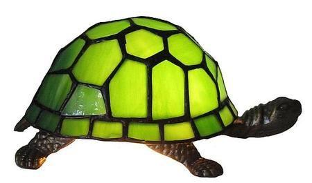 Sjov Tiffany lampe i 6 forskellige farver. Ægte glasmosaik udformet som skildpadde. Skildpadde lampen er i rigtig god kvalitet og er en sjov & brugbar gaveide til f.eks børnene.