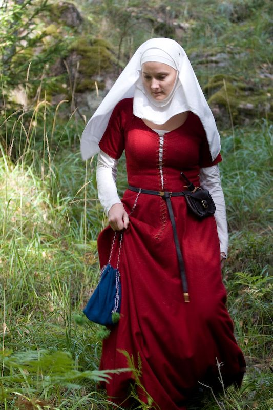 15th century kirtle with short sleeves. I like that I could wear this as a summer maxi dress in the mundane world then put an under dress on and go to a medieval festival.