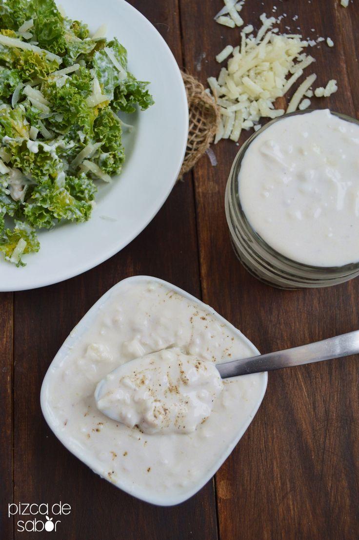 Aprende a preparar un delicioso aderezo cesar casero que está listo en menos de 5 minutos. Una versión más ligera del aderezo de botella, con fotos paso a paso.