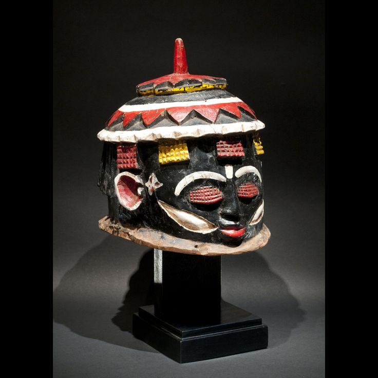 Culture Igala, Nigeria. Bois et peinture Ripolin. H. 28cm - Lo.32cm Beau masque heaume des Igala du Nigeria. Sculpture forte, le masque est recouvert de plusieurs couches de peinture européenne de type Ripolin. Belle polychromie. Le visage est sévère et concentré. Le masque a été attaqué par des insectes xylophages, cela dit la solidité du masque n'est pas été altéré. Fentes et manques dues au temps. Belle pièce de collection des années 1930/60. Réf. 219 PRIX SUR DEMANDE / PRICE...