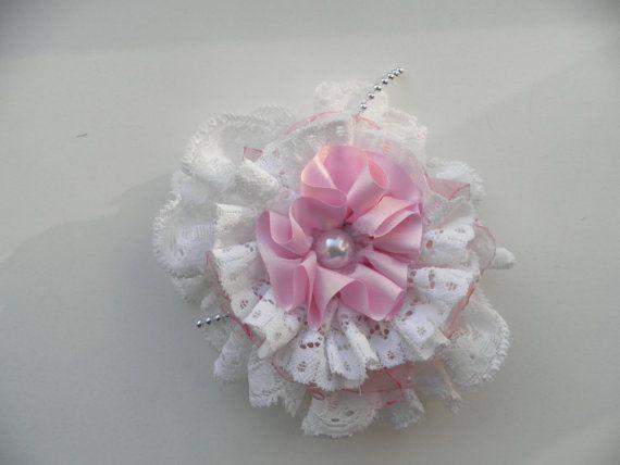 Haarspeld.Wit kant bloem met roze tule en wit kant door assieshop