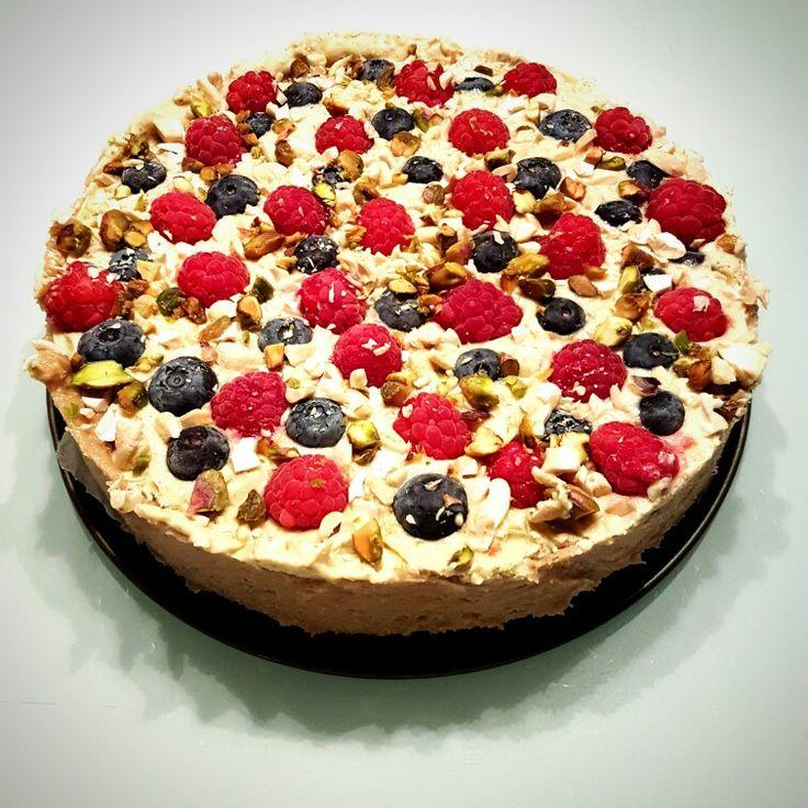 Limetten-Pistazien Kuchen mit Cashewnuss-Dattel Boden #EatBetterNotLess
