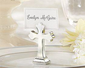 Dans un esprit solennel, choisissez ces élégantes croix argentées en marque place ou en centre de table pour accueillir vos convives ! http://www.mariage.fr/scrapbooking-mariage.html