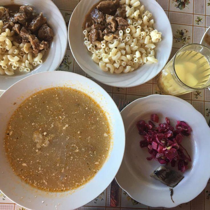 Наш вкусный обед, суп рассольник, винегрет с сельдью, макароны с тушеной свининой и компот из свежих фруктов. #nextcamp #детямвкусно #обедnextcamp