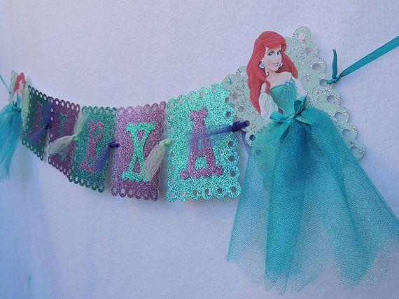 ¡Banner para el celebrante en nombre muy chic y elegante! Esta bandera es perfecta para cualquier fiesta de temática de la Sirenita o un regalo para cualquier fan de Ariel! Extremos están adornados con la imagen de Ariel en la falda de tutú bastante. La bandera del nombre puede ser