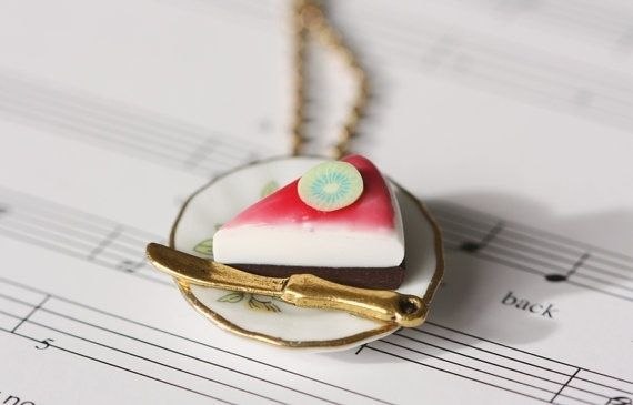 Porcelaine plate with cheese cake Necklace http://epla.no/shops/LilliogLucas-smykk/