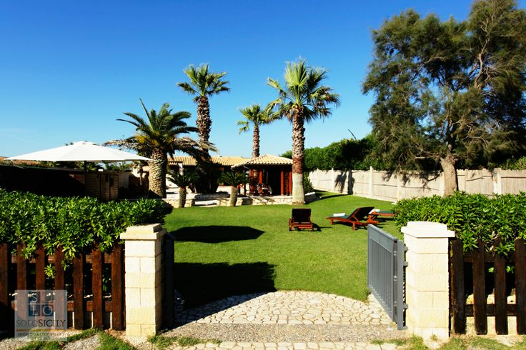 Giada has a uper garden and direct beach access in the heart of south-east Sicily.