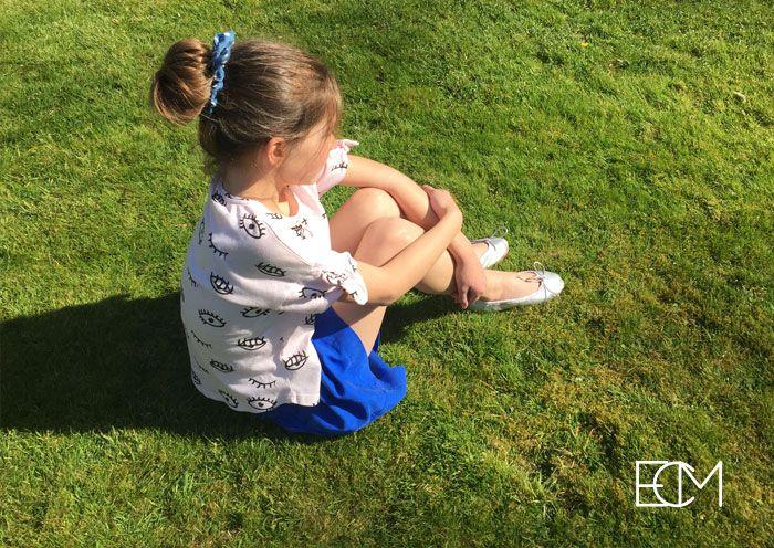zapatos españoles, sesión de fotos, , moda infantil, zapatos niños, bailarinas plateadas, pisamonas zapatería infantil, zapatos verano, niña césped
