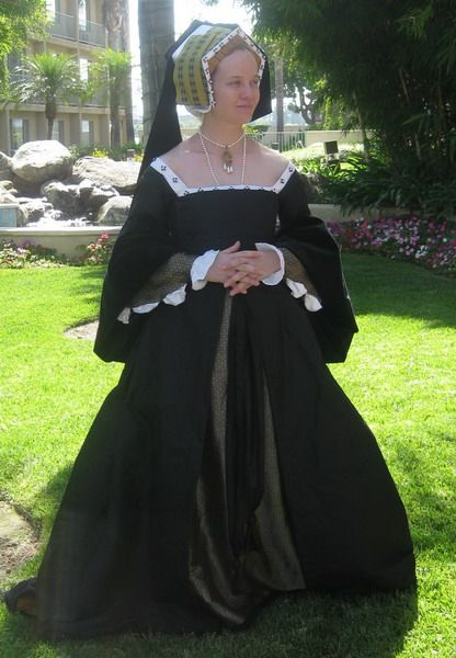 16世紀テューダー朝貴族女性。 GableHood(ゲーブルフード)=女性の髪飾り。切妻型の形をしている。(切妻造(きりづまづくり)とは屋根形状のひとつで屋根の最頂部の棟から地上に向かって二つの傾斜面が本を伏せたような山形の形状をした屋根。 広義には当該屋根形式をもつ建築物のことを指す) 16世紀イングランド。 フレンチフードは丸みを帯びた形状が特徴であるフード。髪形の上に着用され、背面に黒いベールが取り付けらている。着用時オデコは常時見えていた。 ヘンリー8世の2番目の妻であるアン・ブーリンがフランスから持ち帰り、イギリスに導入された(アンは新興富裕階級の純粋なイングランド人だが、フランスで教育を受けフランス宮廷に仕えていた)。 アンの死後、フレンチフードは後妻ジェーン・シーモアによって拒否・廃止されGableHoodへと変遷を遂げたが、ジェーンの死後、再びフレンチフードに戻った。 A Gable Hood