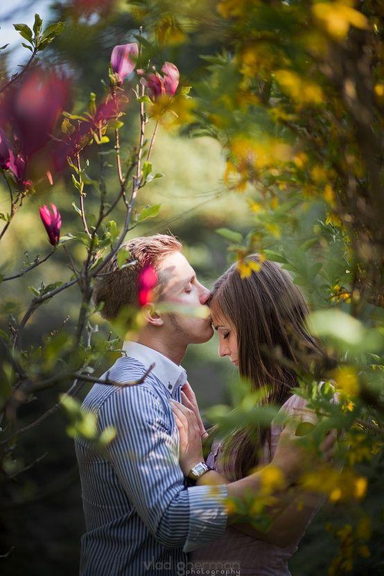 couples pose through tree. I really like this!