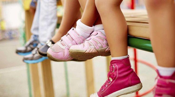 Выбирать обувь для малыша следует очень тщательно. Ботиночки нужны для того, чтобы защищать детские ножки во время ходьбы.