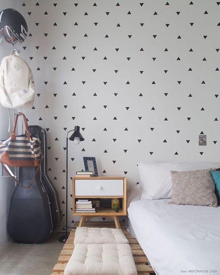 {inspiração} não achei algo que não gostasse nessa foto! essa parede de triangulos é linda, o criado mudo também! a cama de pallets uma graça, os futons e tudo mais! ❤️ #inspo #cama #futon #pallets #quarto #triangulo #decor #home #aconchegante #lardocelar #instadecor #decoracao #instamood