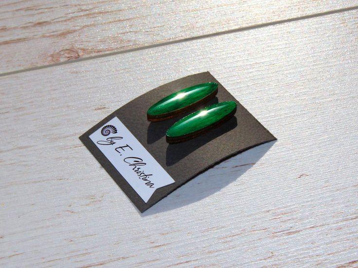 Модные цвет изумрудно-зеленый или Lush Meadow (пышный луг). Оттенок зеленого, напоминающий пышный июньский луг. Богатый, элегантный, насыщенный и чудесно играющий цвет, который способен привнести свежесть в любой образ. Он подчеркивает ухоженность кожи, оттеняет глаза и идеально сочетается с легким румянцем. Серьги гвоздики, фурнитура серебро. 📐размер 3х2см 🌟450р #творчествоby_echristina#украшенияиздерева#серьги#кольца#брошки #ручнаяработа #praday_handmade#работа #мастерская…