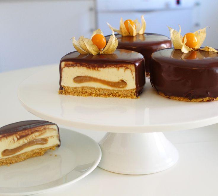 Chokladdränkta frozen cheesecakebakelser med dulche de leche swirl!! Kunde jag skirka ut genom datan hur gott det är så hade jag gjort det haha! Bakelserna kan se komplicerade ut men jag lovar att...