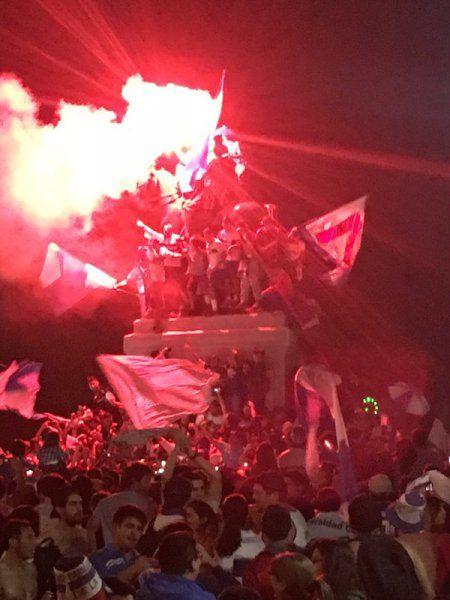 La frenética celebración de Nico Castillo y Christian Bravo en Plaza Italia - El Gráfico Chile
