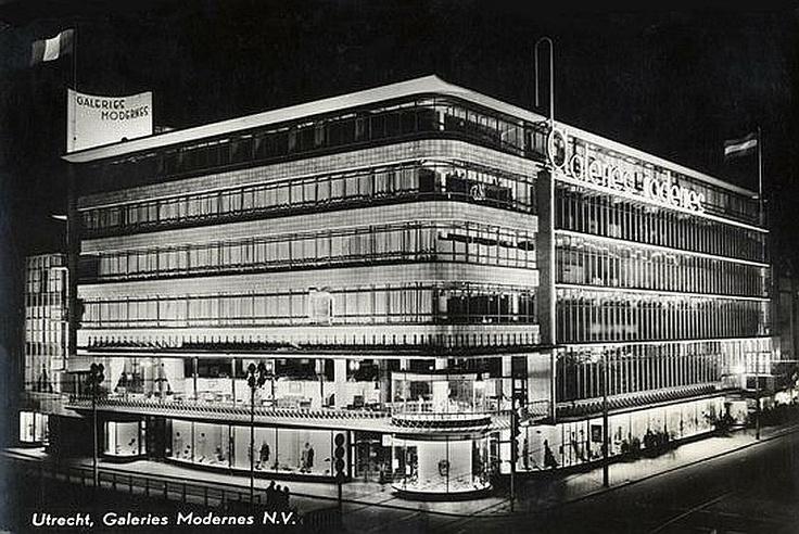 Hoek Oudegracht - Lange Viestraat   1960   Het lijkt wel koopavond! Maar dat kenden we nog echt niet in die tijd!