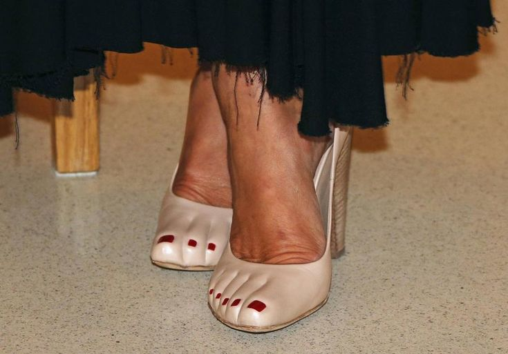 Le scarpe indossate dalla principessa Carolina di Monaco a una cena per raccogliere fondi da donare al nuovo museo nazionale del principato ...