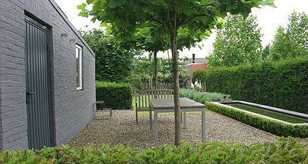 http://www.tuindesign-ten-horn.nl Tuinarchitect - tuinontwerp. Moderne eigentijdse rustige achtertuin met vijver en terras in Limburg. Onderhoudsvriendelijk.
