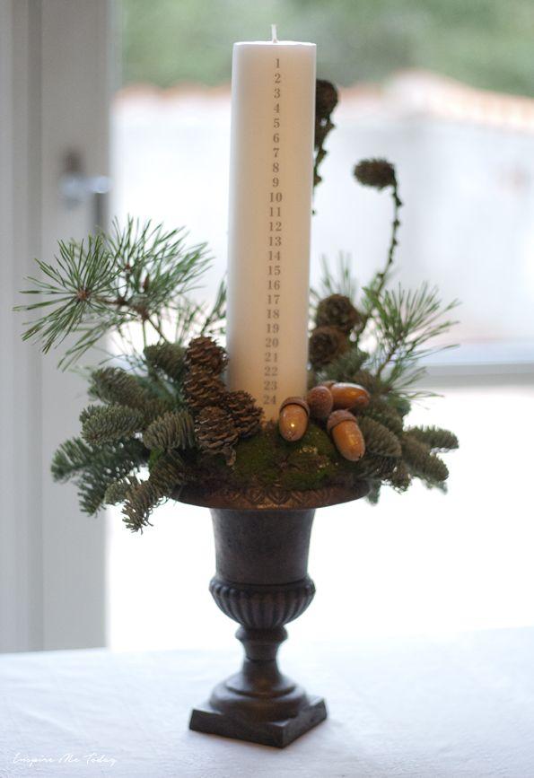 """Dette års adventskrans. Som altid bundet på det gamle støbejernshjul. I år med skovfyr, lærkegrene og glaskogler med glimmer.  Så er der julepyntet på Skovly. Mangler bare lige """"raller-træet""""..."""