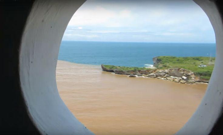View Pantai Baron Jogja dari sebuah lubang di puncak mercusuar