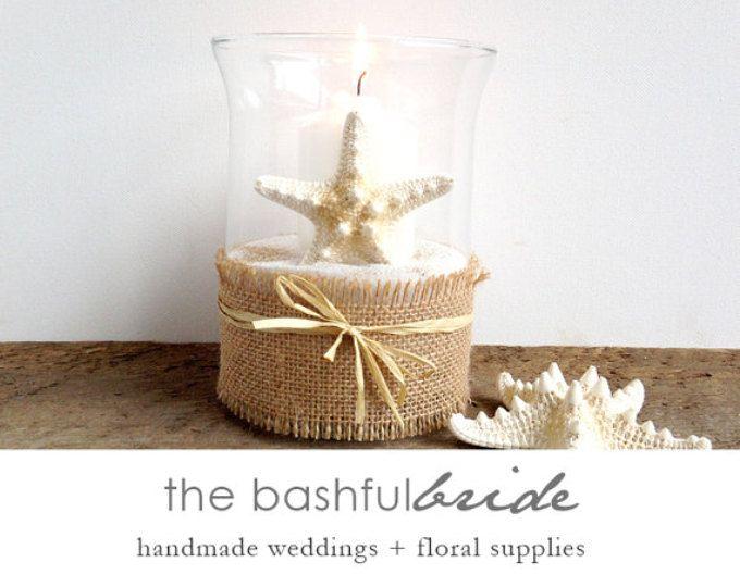 Centro de mesa de boda, boda de playa, decoración estrellas de mar, sostenedor de vela, lámpara de huracán con arena, arpillera y detalle de estrella de mar, boda boho