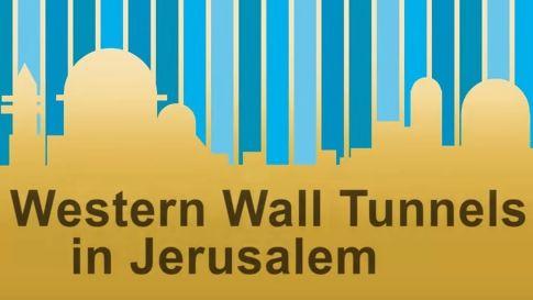 Van de Westelijke Muur van het Tempelplein is slechts een klein deel, de Klaagmuur, te zien. In de tunnel, gegraven langs de Westelijke Muur, kun je de rest van deze oude muur bezoeken. In deze video van de dag een goede uitleg bij een wandeling door deze tunnel.