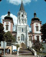 Mariazell jest największym w Austrii i jednym z najważniejszych w Europie sanktuariów maryjnych. Początki tego miejsca sięgają roku 1157, kiedy to mnich benedyktyński Magnus, z polecenia swojego opata, wyruszył na północ, aby założyć nowy klasztor. Na drogę wziął ze sobą wyrzeźbioną w drewnie lipowym figurkę Matki Boskiej z Dzieciątkiem. Mnich umieścił wizerunek Maryi w pniu drzewa i zbudował tam dodatkowo drewnianą kapliczkę przypominającą celę zakonną (zelle).