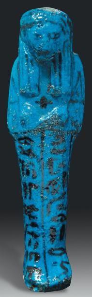 - Égypte Oushebti au nom de Nesipernoub. Il est momiforme, coiffé de la perruque tripartite rayée et tient les instruments aratoires. Il porte au cou un pendentif en forme de coeur ib. Les jambes sont peintes&hellip ./tcc/