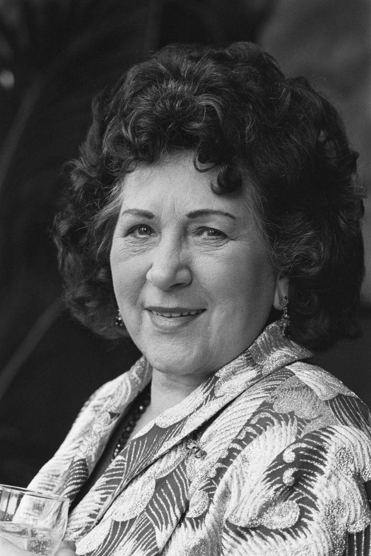 Maria Servaes-Bey was een Nederlands zangeres. Zij vertolkte onder de artiestennaam Zangeres Zonder Naam decennialang het Nederlandse levenslied, hetgeen haar de bijnaam 'Koningin van het Levenslied' opleverde. Geboren: 5 augustus 1919, Leiden Overleden: 23 oktober 1998, Horn Zangeres zonder Naam.