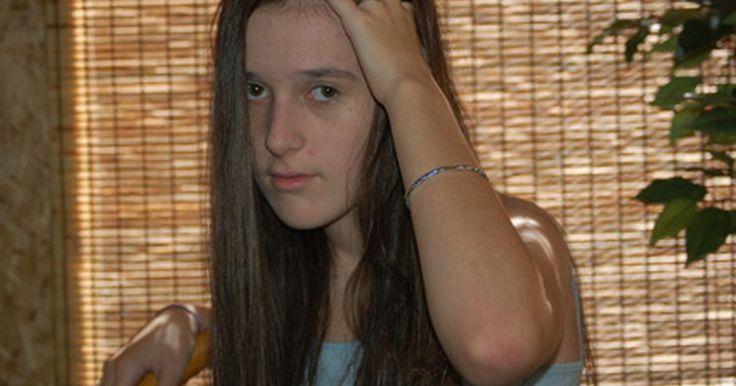 ¿Cuáles son las causas de un cuero cabelludo irritado?. El cuero cabelludo es la fina capa de tejido que cubre la cabeza y los bordes del rostro. Las enfermedades que afectan al cuero cabelludo a menudo causan zonas en la piel con gran cantidad de irritación y picazón. La picazón genera rascado, lo que resulta en escamaduras visibles y llagas en el cuero cabelludo.