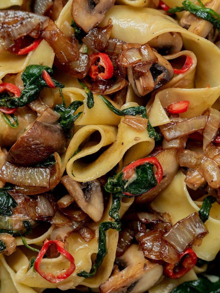 Rezept: Pappardelle mit Champignons, Spinat und Balsamico Zwiebeln