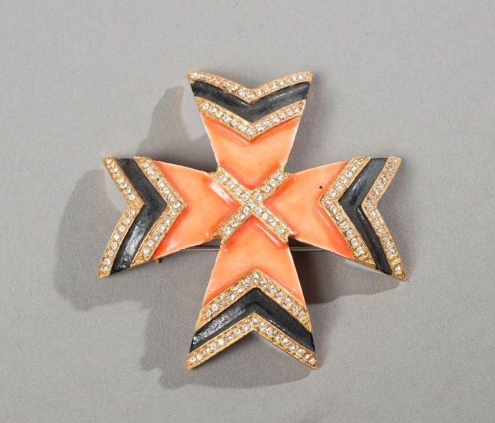 K.J.L Croix de Malte en métal doré émaillé orange, emaillé noir à chaque embout entre deux rangées de strass, une autre croix strassée orne le centre.