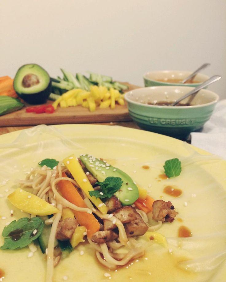 #mealprep #myrecipe 270g naturell tofu pressas (linda in i hushållspapper med något tungt över) minst 30/60mun. Skär kuber. Blanda i plastpåse med 1/2 hackad röd chili, 1-2 skalad, hackad vitlöksklyftor, 2 tsk riven färsk ingefära, 2 msk japansk soja och 2 msk sesamolja. Låt götta sig i kylskåpet minst 2 h/gärna längre. Stek några minuter ••• Servera till vietnamesiska vårrullar, i pytt, på pizza, till grillat, ugnsrostad potatis eller nått annat fiffigt. #recept #marinad