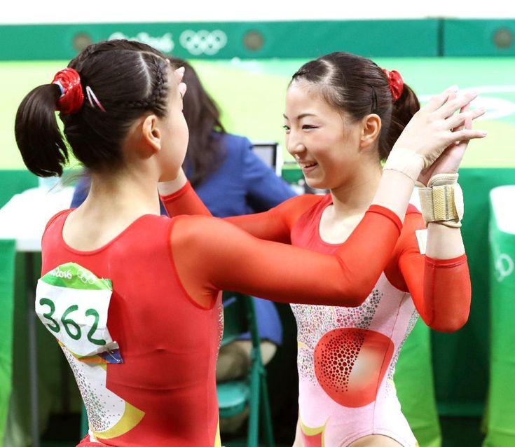 体操女子予選 平均台の演技を終え、笑顔を見せる寺本明日香。左は杉原愛子=7日、リオ五輪アリーナ(撮影:桐山弘太)