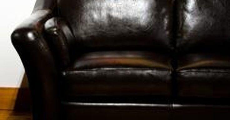 Cómo reparar un sofá de cuero que se está descamando. Tu sofá de cuero es la pieza central de tu sala. Si comienza a agrietarse o a descamarse, no sólo pierde su aspecto, sino que también puede llevar a problemas más graves como un agujero en un almohadón o un desgarro grande, algo no fácil de reparar en un material como el cuero. Reparar un sofá que se está empezando a descamar tan pronto como ...