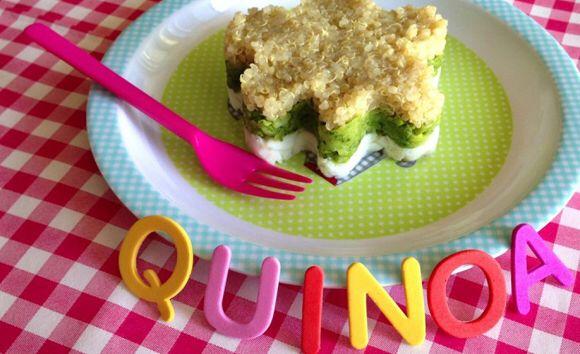 Vanaf 6 maanden: quinoa met broccoli en vis  WAT HEB JE NODIG? – 1 kopje quinoa (te vinden in het rijst schap in de supermarkt) – 1 kleine stronk broccoli, schoongemaakt (200 gram) – 225 gram doperwten – 200 gram witvis (kabeljauw, schelvis of tilapia), zonder graat en vel – ¼ (biologisch) bouillonblokje zonder zout – Optioneel; portioneer ring HOE MAAK JE HET KLAAR? 1. Maak de quinoa volgens de gebruiksaanwijzing op de verpakking klaar 2. Breng een pan water aan de kook en kook hier de…