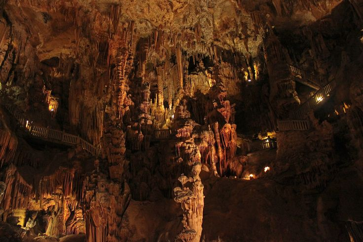 Dans le cadre majestueux des gorges de l'Hérault, la Grotte des Demoiselles,